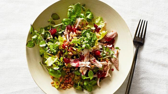Salat mit Fleischstücke, ausgefallene Salate für Grillparty, Rucola und rote Soße