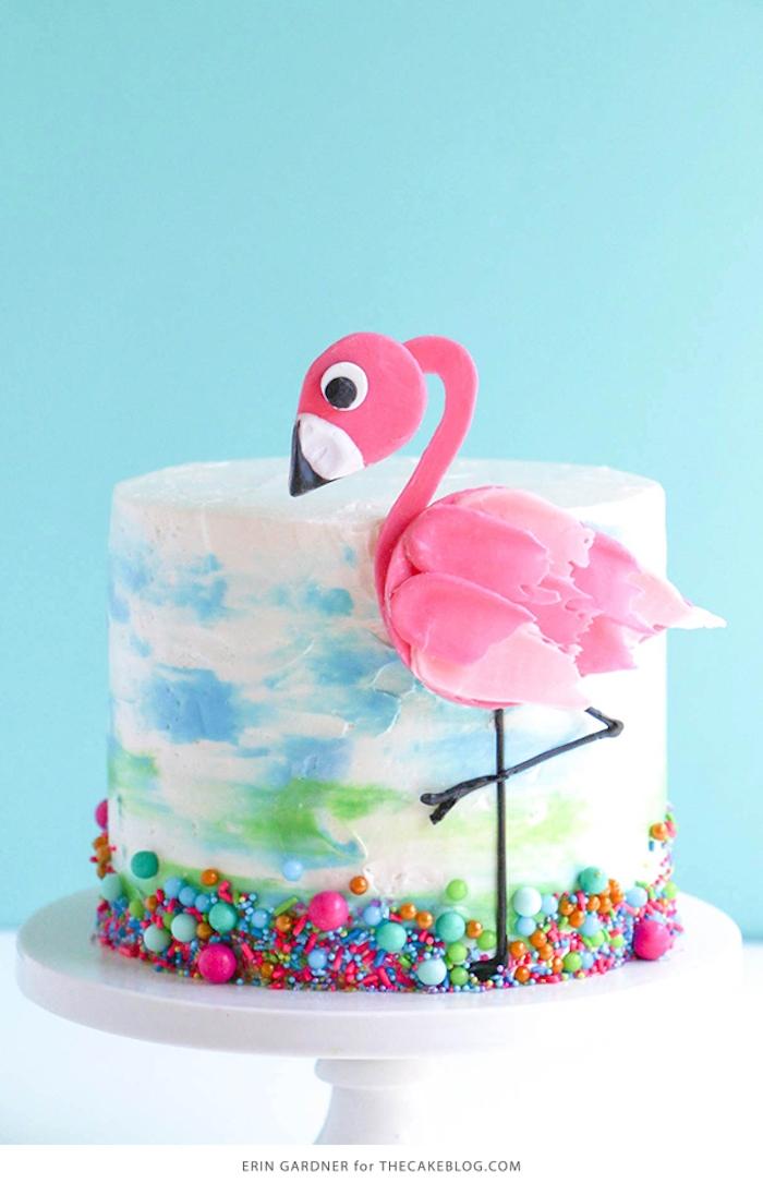 Geburtstagstorte mit Flamingo, Zuckerstreuseln und Zuckerperlen, weiße Buttercreme