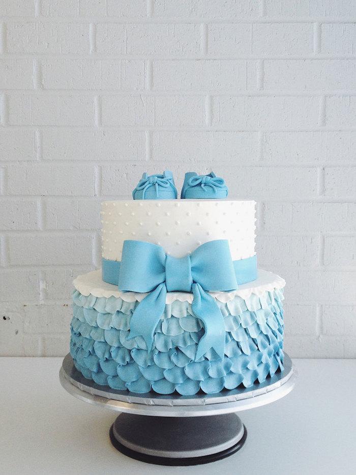 Torte zur Taufe für Jungen, kleine blaue Schuhe und Schleife, weiße Buttercreme