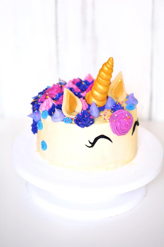 Einhorn Torte, tolle Idee für Kindergeburtstag, Blüten aus Sahne in Blau und Lila