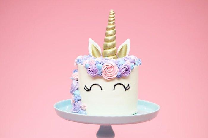 Einhorn Torte für Geburtstag, lila und rosa Blüten, goldenes Horn