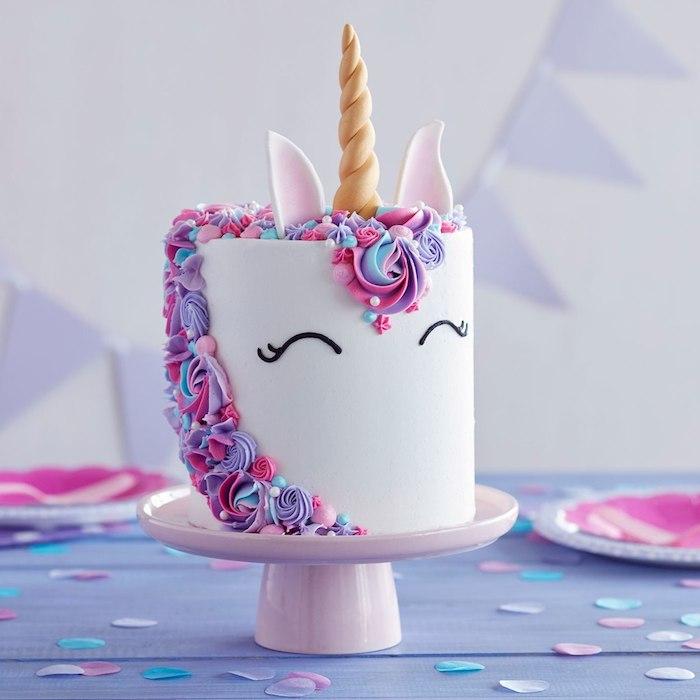 Idee für Einhorn Torte, lila und rosa blüten, goldenes Horn, Geburtstagstorte für Mädchen