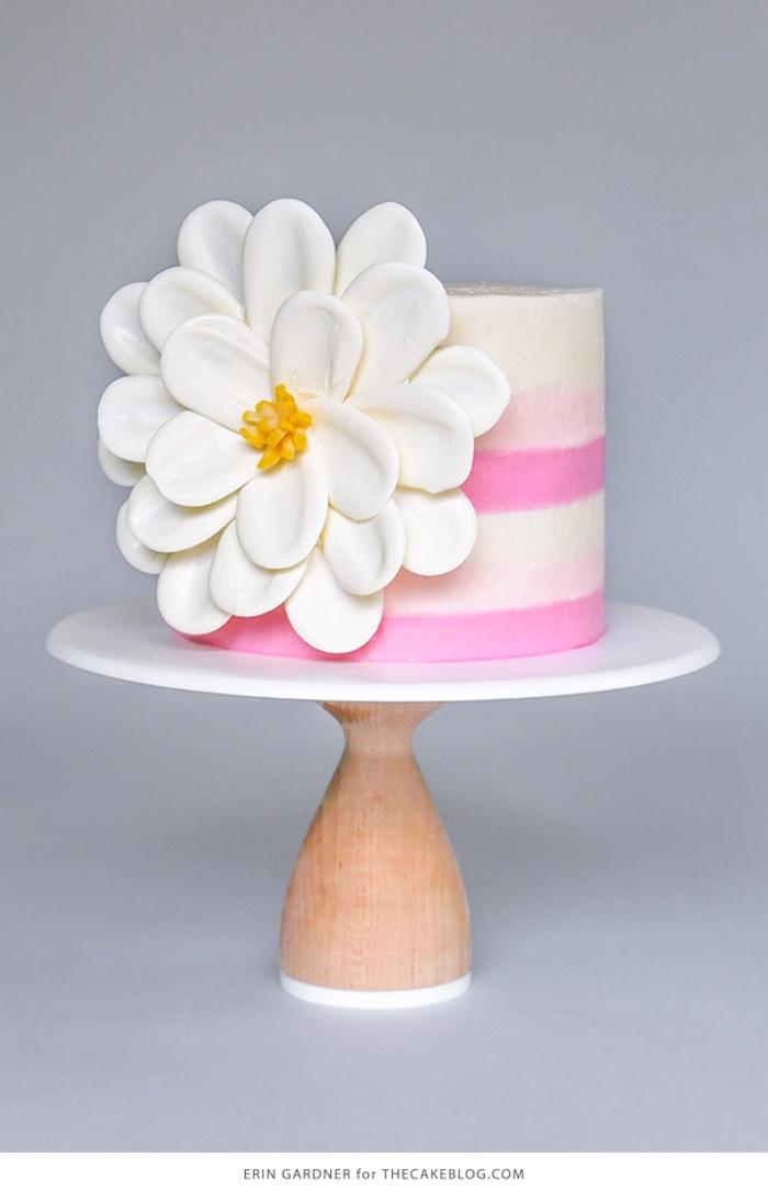 Torte mit rosa und weißer Buttercreme, Blume aus weißer Schokolade