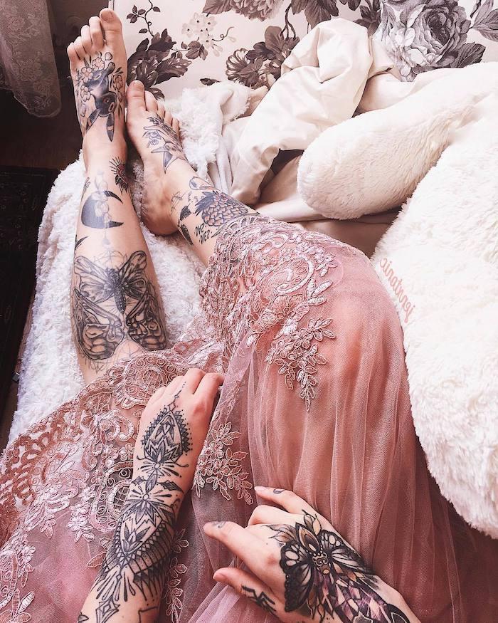 Tattoos am ganzen Körper, Schmetterlinge Mond und Blumenmotive, rosa Spitzenkleid
