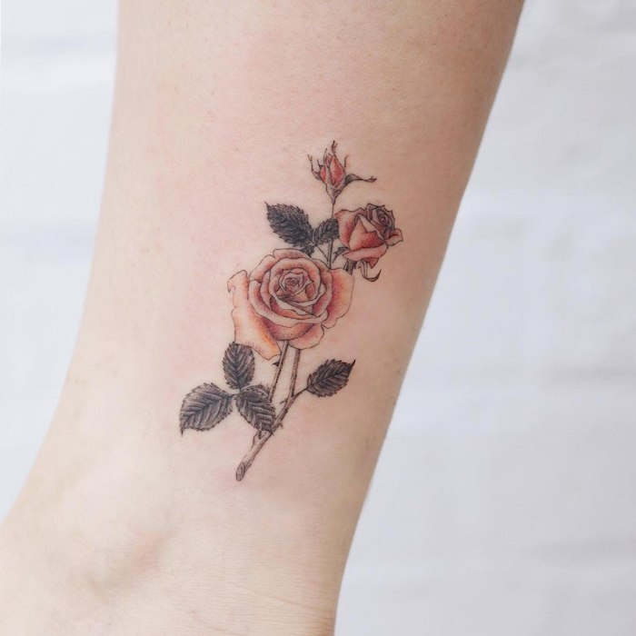 Zartes Tattoo Motiv, drei Rosen, farbige Bein Tattoos für Frauen
