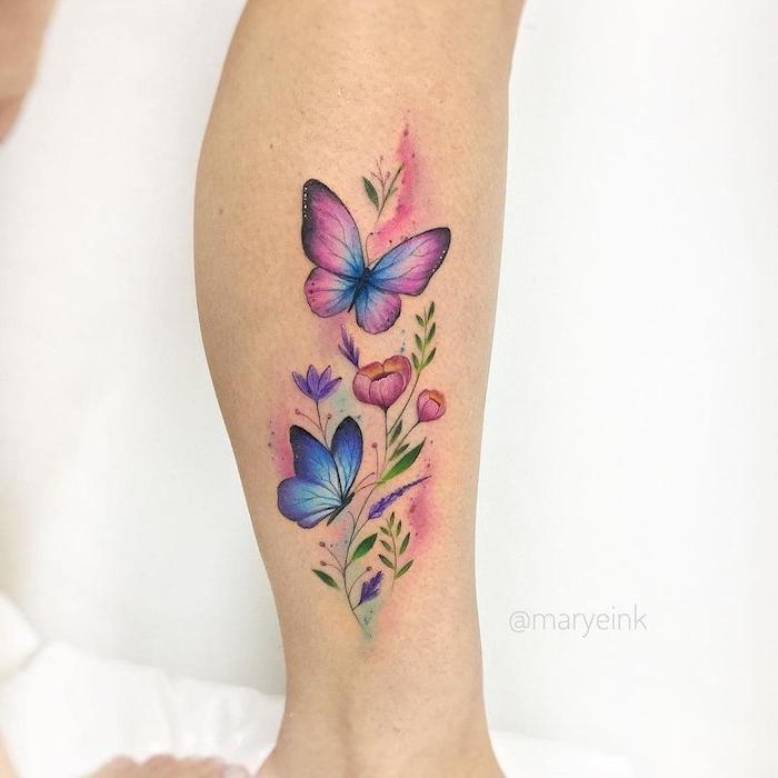 Farbiges Bein Tattoo, zwei Schmetterlinge und Blumen, Tattoo Ideen für Frauen