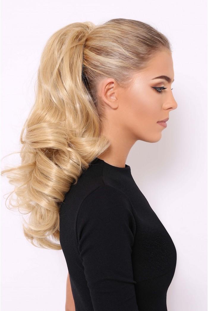 frisuren für locken, schwarze bluse mit langen ärmeln, pferdeschwanz binden, blond