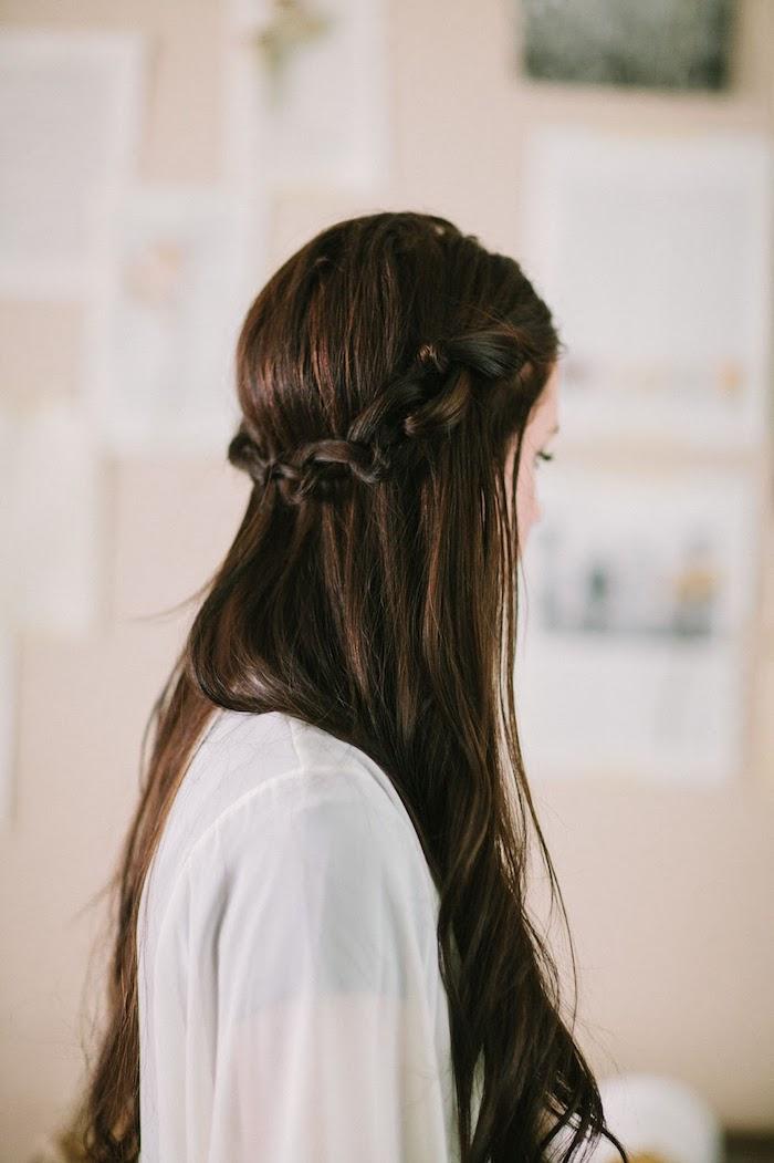 frisuren für locken, langhaarfrisuren zum selbermachen, lange dunkelbraune haare, kranzfrisur