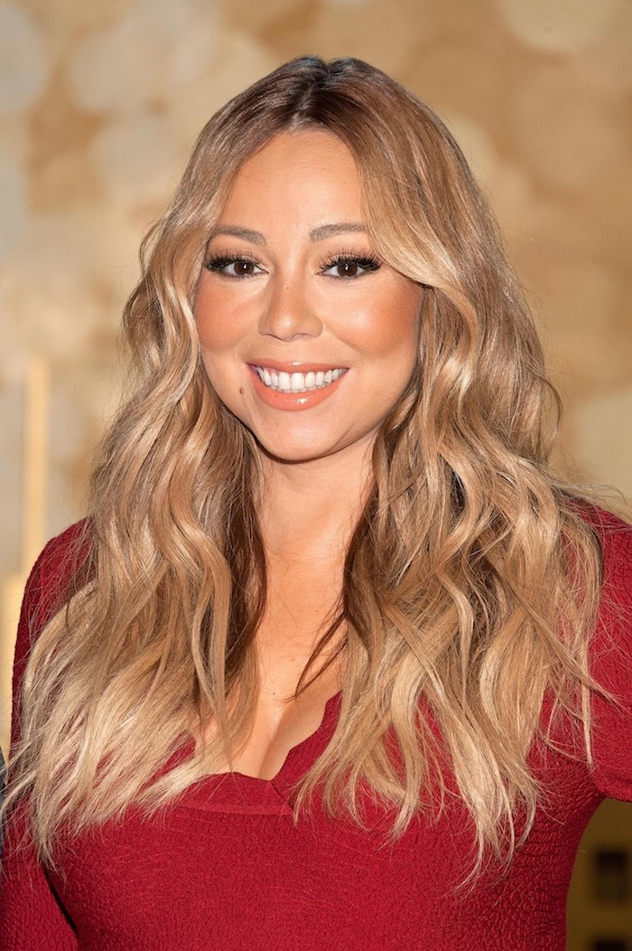 honigfarbene haare mit blonden highlights, frisuren für rundes gesicht mit doppelkinn, rote bluse, mariah carey