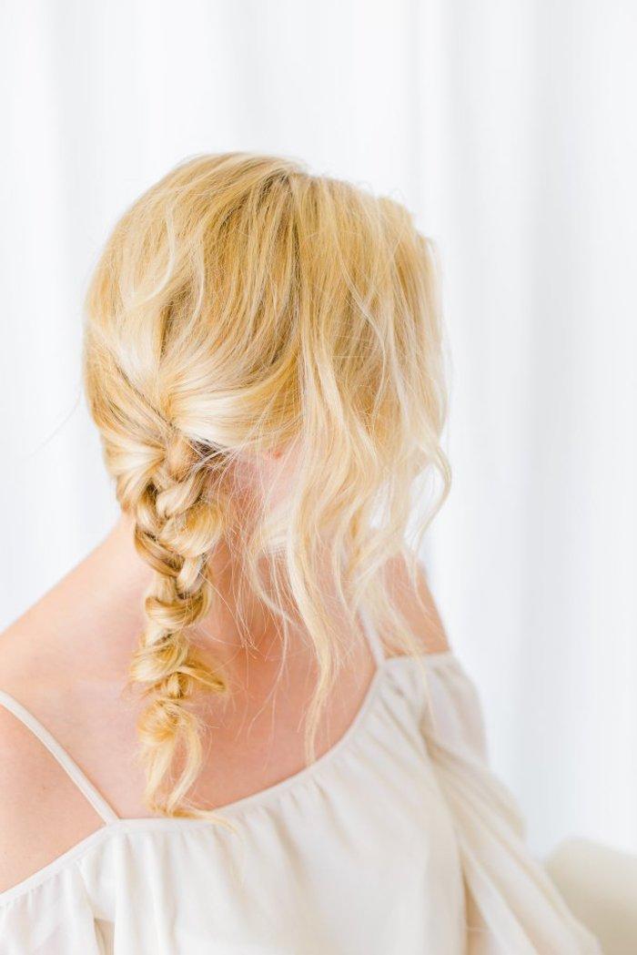 frisuren halblang gestuft locken, weiße weite bluse im boho stil, blond, zopf flechten