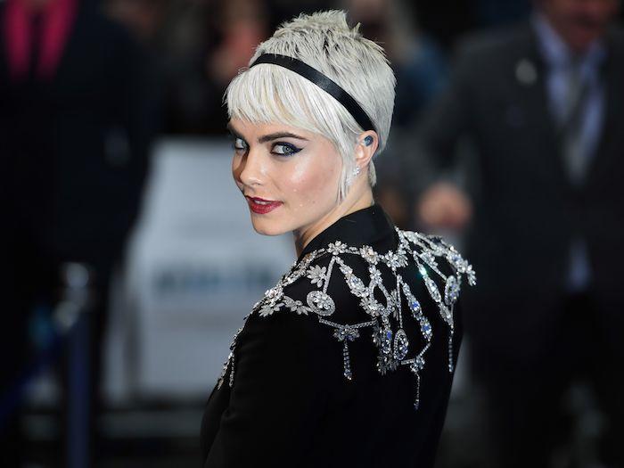 schwarzes sakko mit silbernen elementen, frisuren kurz gesicht, haare grau färben, cara develingne