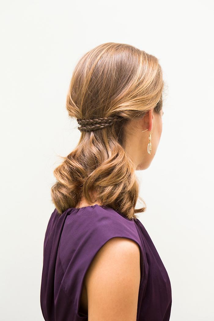 frisuren mit locken, lila abendkleid, abendfrisur für schulterllange haare, zwei kleine zöpfe