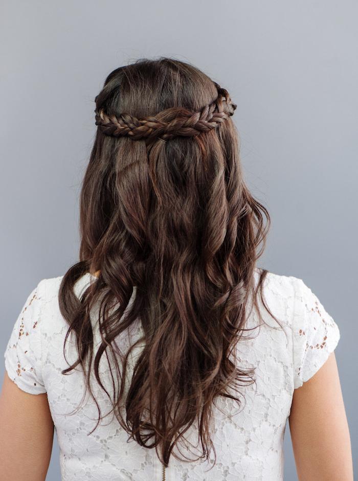 frisuren mit locken, weißes kleid mit kurzen ärmenln, flechtfrisur im hippie stil