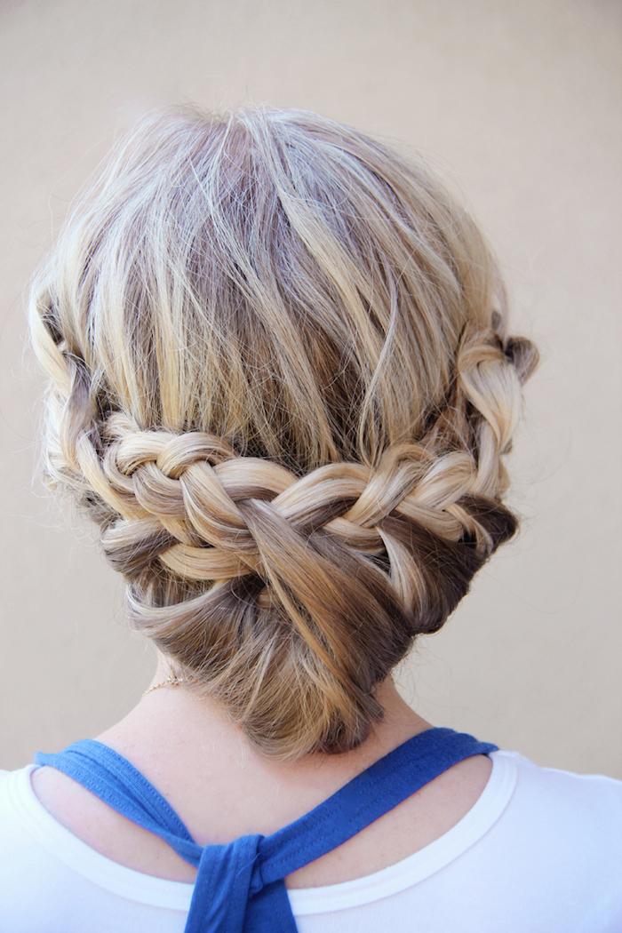 frisuren selber machen, blonde strähne, frau mit flechtfrisur, alltagsfrisuren zum selbermachen