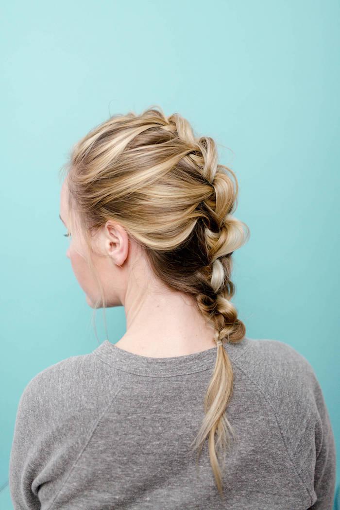 frisuren selber machen, graue bluse, mittellange blonde haare, lässige frisur für den alltag