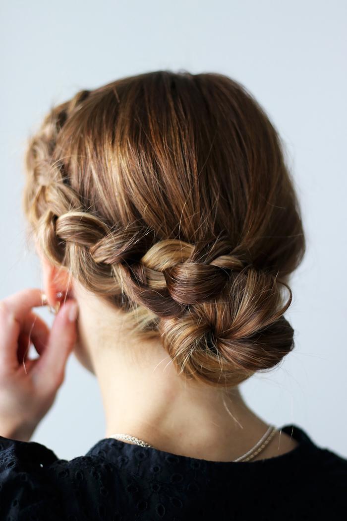 frisuren selber machen, frau, damenfrisuren, braune haare mit blonden strähnen, hochsteckfrisur, dutt