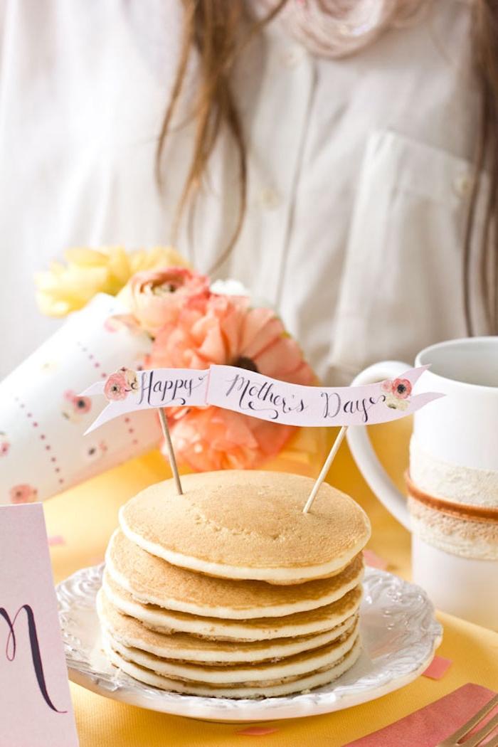 Frühstück zum Muttertag selbst zubereiten, Pfankuchen mit Botschaft und Blumenstrauß