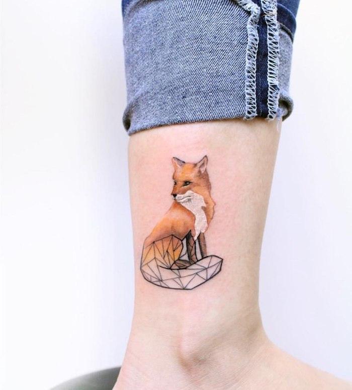 Fuchs Tattoo am Bein, kleine farbige Tattoos für Frauen, dunkelblaue Jeans
