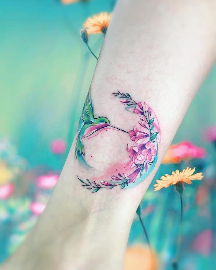 Farbiges Tattoo, Kolibri und Blumen, Bein Tattoo für Frauen, zartes weibliches Motiv