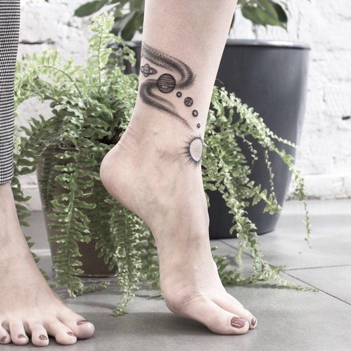 Sich das Sonnensystem stechen lassen, Bein Tattoo, Sonne und Planeten
