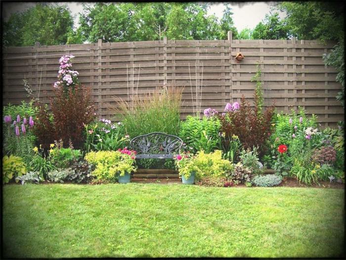 ein Garten voller Symmetrie, hoher Sichtschutz aus Holz, ein gepflegter Rase, Garten anlegen günstig