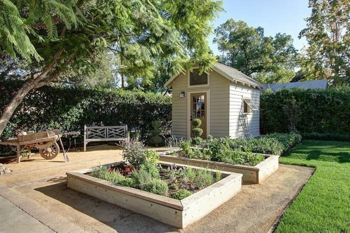 zwei Beete, niedrige Bäume, eine Hecke, kleines Haus, Garten anlegen günstig, Holzbeete