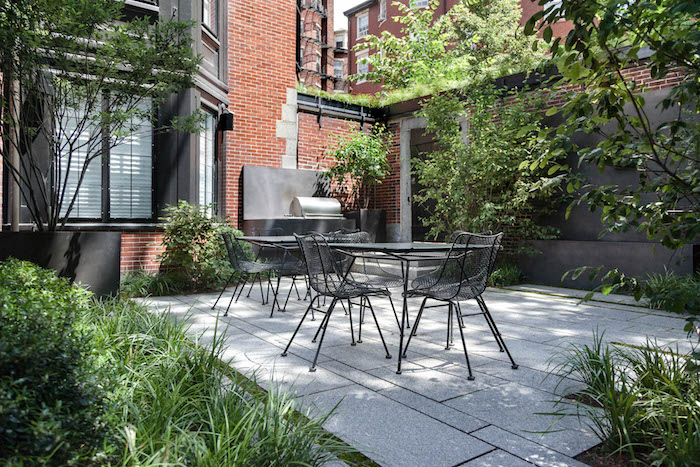 gartenecke gestalten, haus mit kleinem hintergarten, barbeque, betonfliesen