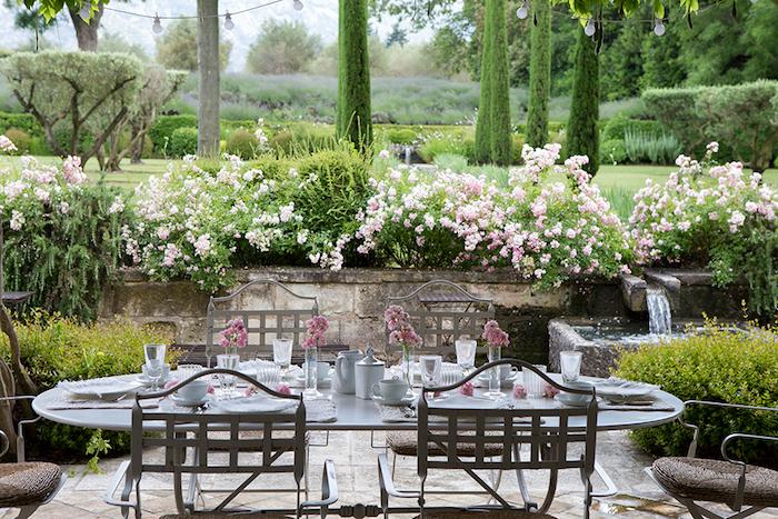 gartenecke gestalten, üsche mit rosen, langer tisch, essen im garten, gartenparty planen