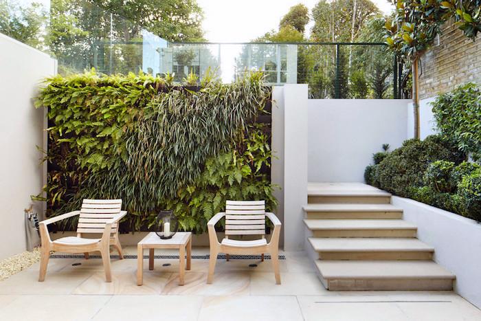 gartenecke gestalten, mooswand, wand mit grünen pflanzen, hoher zaun, treppe