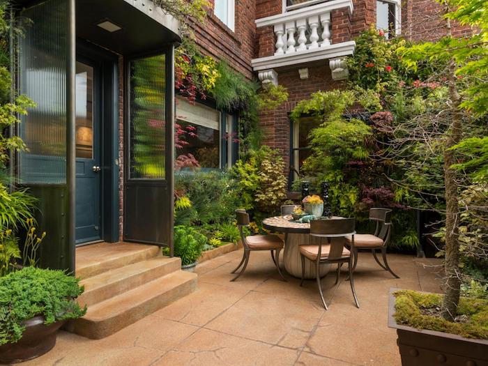 gartengestaltung beispiele, kleiner hintergarten, braune fliesen aus naturstein, gartenmöbel