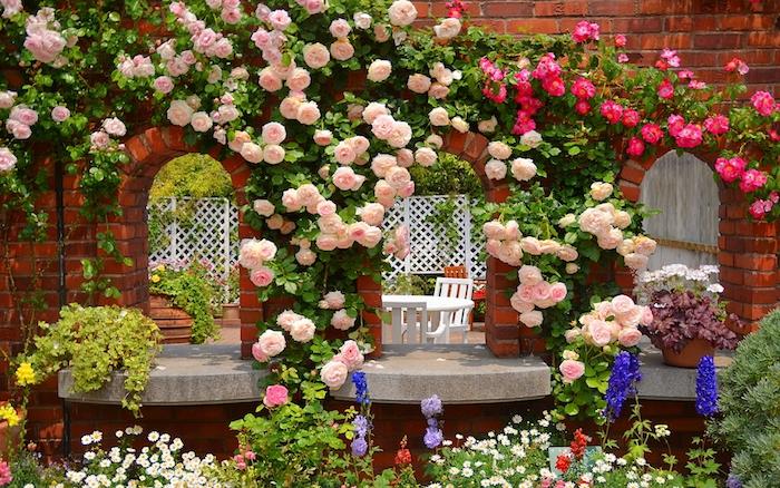 gartengestaltung beispiele, wand aus roten ziegeln, große büsche mit rosen, rosenbüsche