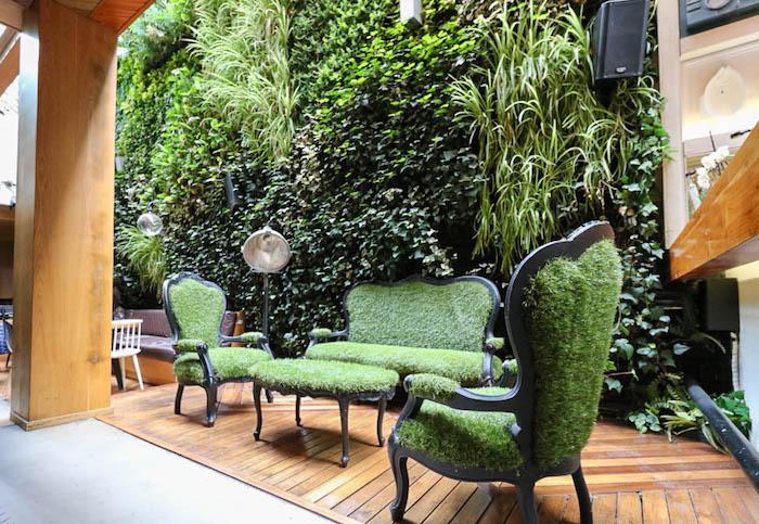 gastengestaltung sichtschutz, mooswand im garten, designer möbel, gras, holzdielen