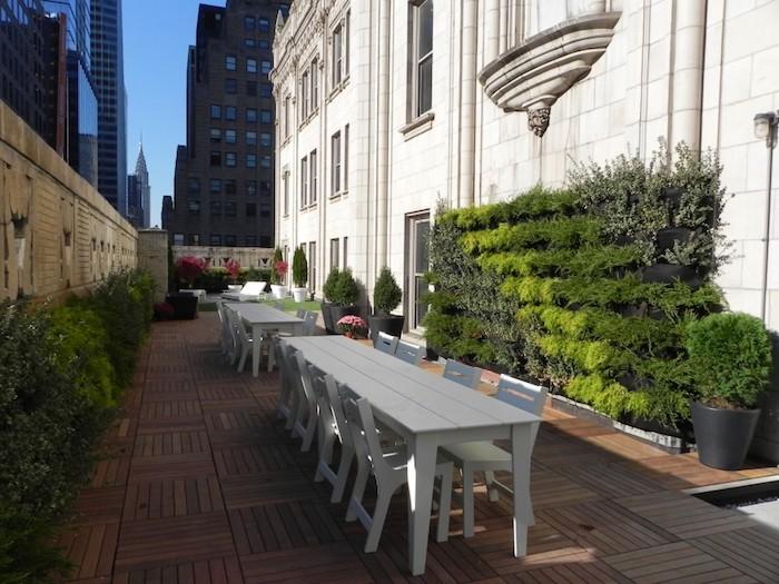 gartengestaltung sichtschutz, kleiner hintergarten mit holzfliesen, lange weiße tische, gebäude