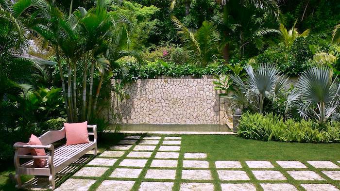 gartengestaltung sichtschutz, sitzbank aus holz, gartenzaun aus naturstein, palmen