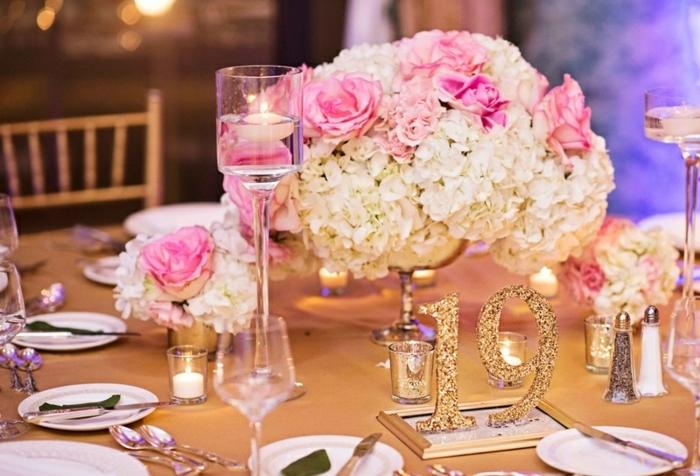 tischdekoration geburtstag elegante deko für eine junge dame, rosarote rosen und weiße blumen, chamagner und zahl der jahren