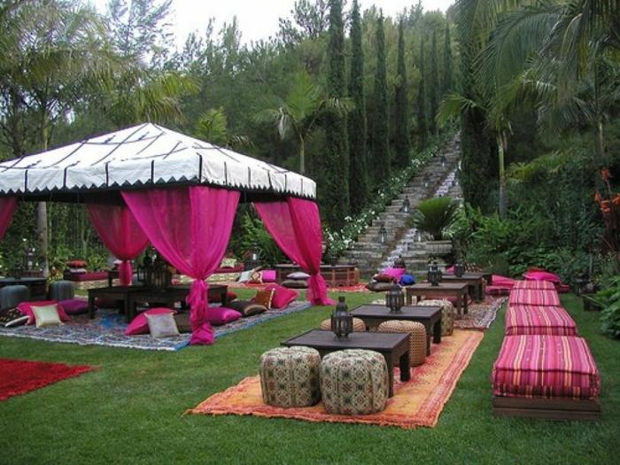 tischdekoration geburtstag, hier ist eine zelt und viele schöne dekorationen darunter und dabneben, bodenkissen, sitzkissen, kleine tischen, lila und orange