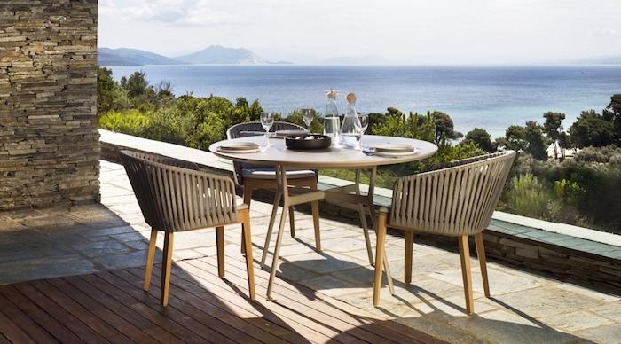 gartengestaltung beispiele, sitzecke, terrasse mit herrlichem aussicht, runder tisch, terrassenmöbel