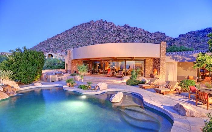 gartenplanung beispiele, designer haus mit großem schwimmbad, villa, fliesen aus naturstein