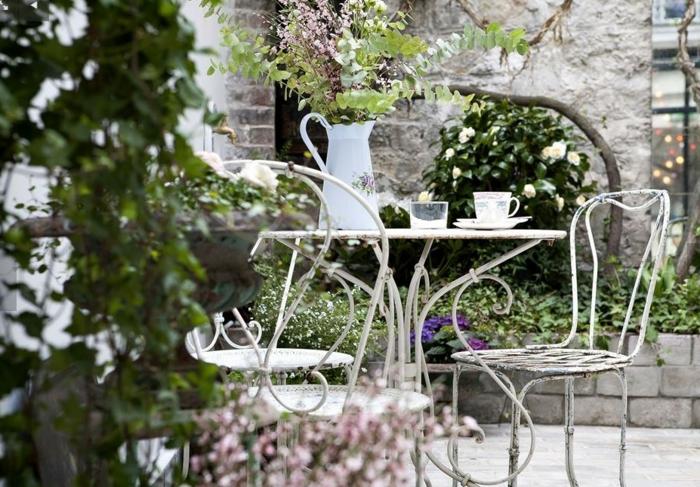 ein wunderbarer Garten, eine Vase voller Blumen, elegante Gartenmöbel in weißer Farbe, Garten verschönern