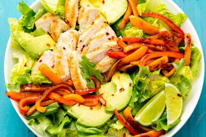 Fleischsalat, Avocado Frucht, Paprika Streifen, Limette, gesunde Salate