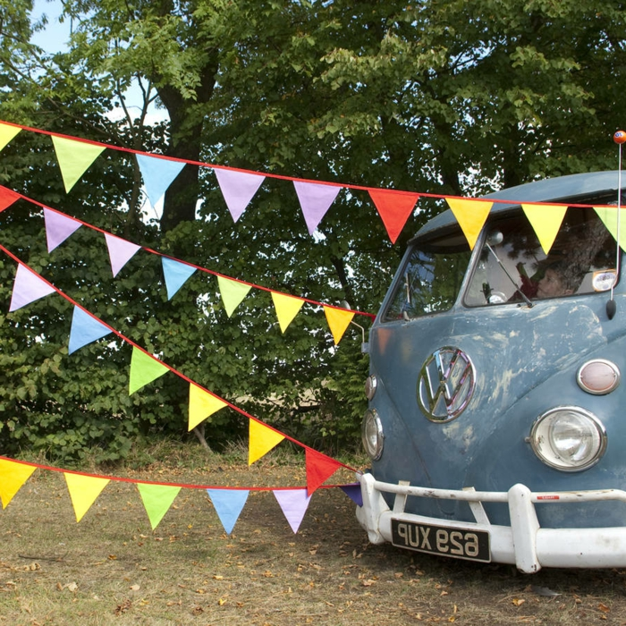 deko 50 geburtstag selber machen, retro party mit einem alten volkswagen bus, bunte flaggen, deko