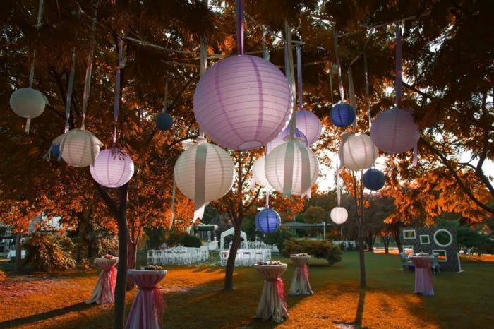 deko 50 geburtstag selber machen, stilvoller cocktail in den garten veranstalten idee zum inspirieren, leuchten in weiß und lila