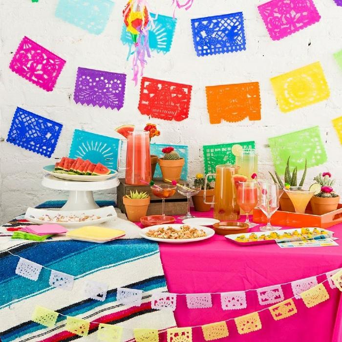 bunte selbstgemachte party deko idee aus papier, bunte toschdecken tragen zur fröhlchen atmosphäre bei