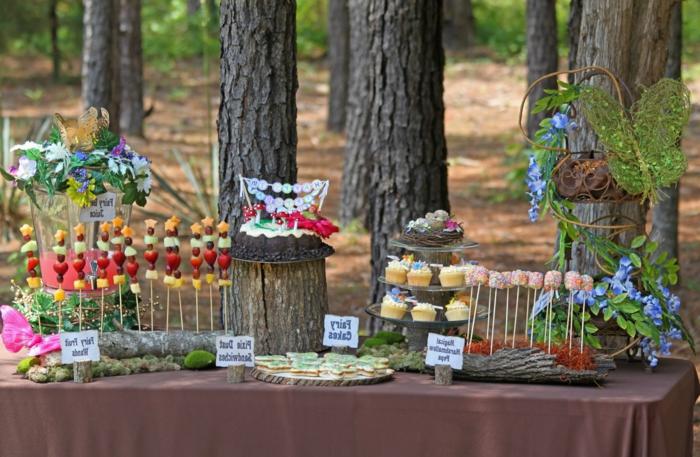 party deko geburtstag, das essen schön gestalten kann schon als dekoration dienen, muffins, lutscher, torten, kleine bisschen