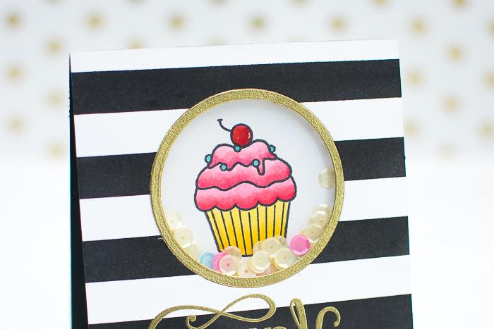 geburtstagskarten selber machen, gestreiftes papier in schwarz und weiß, rosa cupcake mit kirsche