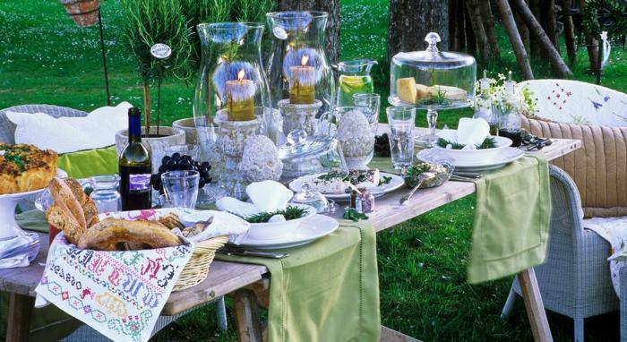 party deko geburtstag, idee dezent und einfach, schnelle gestaltung, ein tisch in den garten mit essen und getränke ausstatten und die kinder spielen und genießen lassen