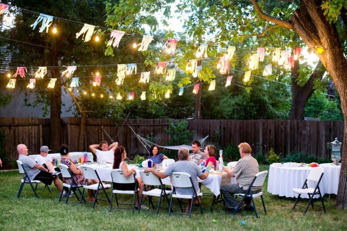 deko für 50 geburtstag im garten feiern, gartenfeier mit freunden gestalten gartenbeleuchtung mit leuchten und farbe