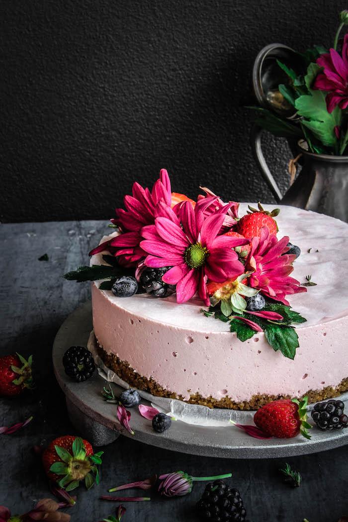Cheesecake mit echten Blüten und frischen Beeren dekoriert, Idee für Geburtstagstorte