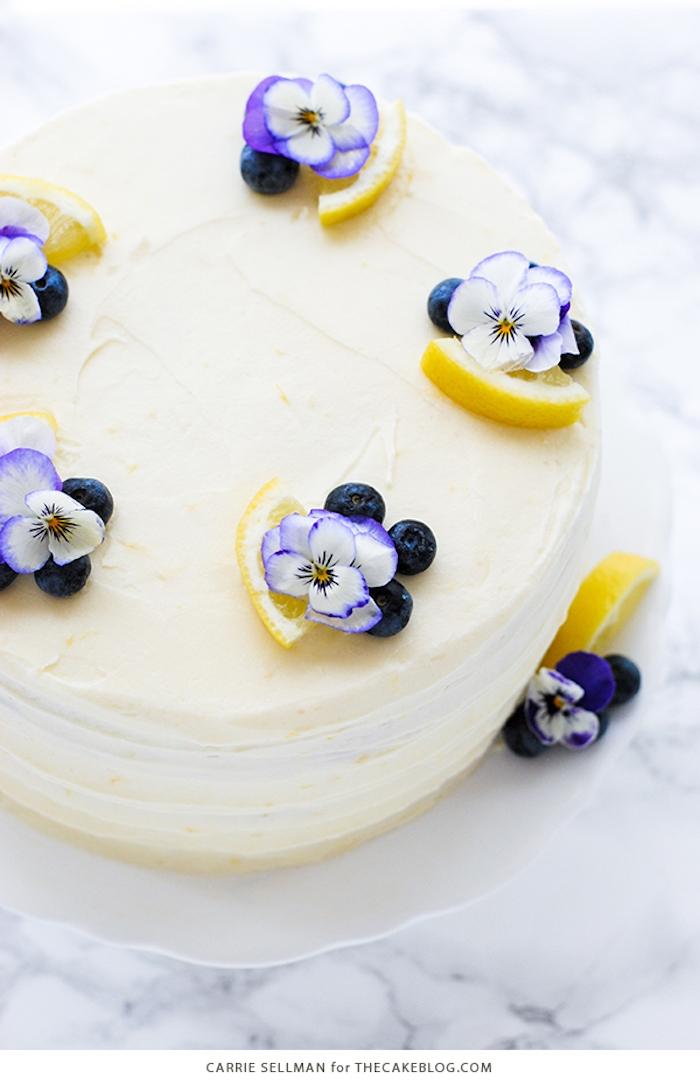 Torte mit Buttercreme Zitronenscheiben und Stiefmütterchen, Idee für Geburtstagstorte