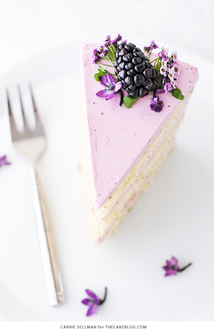 Tortenstück mit lila Creme Brombeeren und echten Blüten, Idee für leckeren Nachtisch